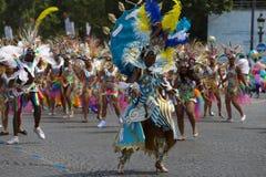 热带狂欢节的参加者2018年在巴黎,法国 4,000位舞蹈家和一十二个浮游物从在附近 图库摄影