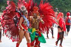 热带狂欢节的参加者2018年在巴黎,法国 4,000位舞蹈家和一十二个浮游物从在附近 免版税图库摄影