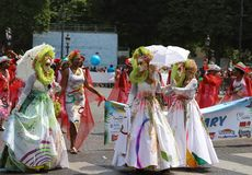 热带狂欢节的参加者2018年在巴黎,法国 4,000位舞蹈家和一十二个浮游物从在附近 库存图片