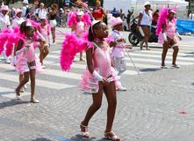 热带狂欢节的参加者2018年在巴黎,法国 来自世界各地4,000位舞蹈家和一十二个浮游物 免版税库存图片