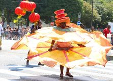热带狂欢节的参加者2018年在巴黎,法国 来自世界各地4,000位舞蹈家和一十二个浮游物 图库摄影