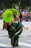 热带狂欢节的参加者2018年在巴黎,法国 来自世界各地4,000位舞蹈家和一十二个浮游物 库存图片