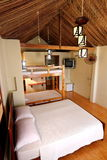热带瑞士山中的牧人小屋的空间 免版税库存图片