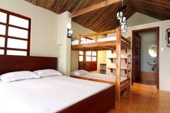 热带瑞士山中的牧人小屋的空间 免版税库存照片