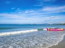 热带田园诗海蓝色天空和香蕉船在海滩在假期 免版税库存图片