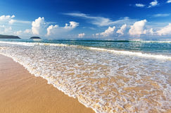 热带白色沙子海滩arainst蓝天 Similan海岛, Tha 库存照片