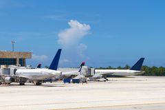 热带的机场 免版税库存照片