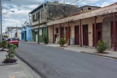 热带的海岛 老汽车,路,混凝土墙,夏天 免版税库存照片