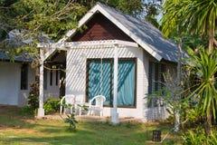 热带的海滨别墅 免版税库存图片