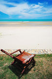 热带的海滩睡椅 免版税库存照片