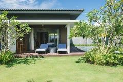 热带的海滩胜地 在客厅附近的游泳池 免版税库存照片