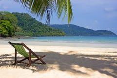 热带的海滩 在空白沙子海滩的海滩睡椅 免版税库存图片
