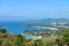 热带的海滩 从高观点的海岸线 Kata和Karon 库存图片