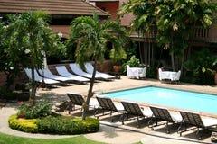 热带的游泳池边 免版税图库摄影