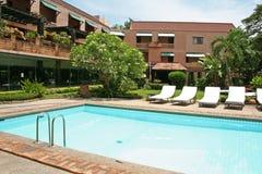 热带的游泳池边 免版税库存图片