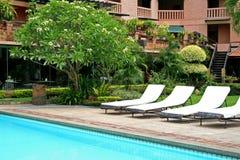 热带的游泳池边 库存照片