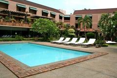 热带的游泳池边 库存图片