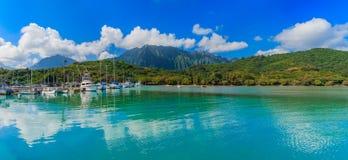 热带盐水湖Panoramia和豪华的山和海洋 库存照片