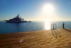 热带码头的日出 库存图片