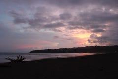 热带紫色日落在巴拿马 免版税图库摄影