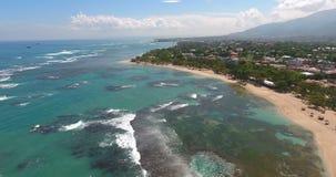 热带美丽的天堂海岛 顶视图 在海波浪和岩石,绿松石水的空中寄生虫视图录影 射击  影视素材