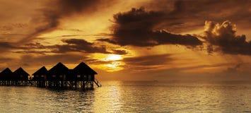 热带美好的全景的日落 免版税库存图片