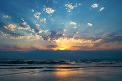 热带美好的海运的日落 库存照片