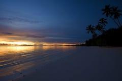 热带美好的海运的日落 免版税库存图片