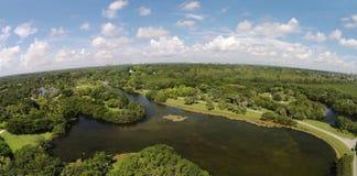 热带自然和湖鸟瞰图 免版税库存图片