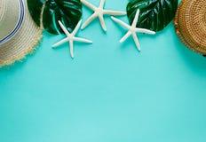 热带舱内甲板放置与草帽,袋子,海星,壳,在绿色背景的耳环 夏天时尚舱内甲板放置,假期,旅行 免版税图库摄影