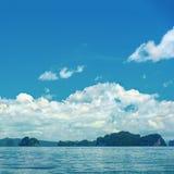 热带蓝色海洋和云彩在天空与海岛,旅行destin 图库摄影