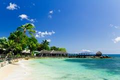 热带蓝色盐水湖码头的手段 免版税库存图片