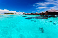 热带蓝色bungallows盐水湖的overwater 免版税库存照片