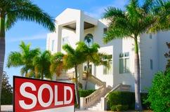 热带豪宅w卖了标志 免版税库存图片