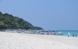 热带透明的水白色沙子海滩  图库摄影