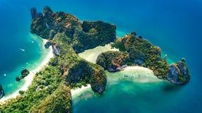 热带酸值洪海岛空中寄生虫视图在从上面蓝色清楚的安达曼海水中,美丽的群岛海岛 图库摄影