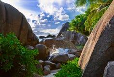 热带银海滩d塞舌尔群岛的来源 免版税库存照片