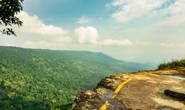 热带雨林美丽的景色在Pha Diao戴峭壁的  免版税图库摄影
