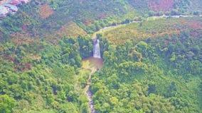 热带风景的意想不到的图片与瀑布的 股票视频