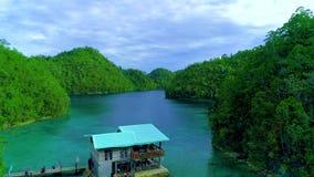 热带风景雨林小山和天蓝色的水在有云彩的盐水湖在锡亚高岛海岛,菲律宾上 寄生虫鸟瞰图4K 股票录像