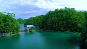 热带风景雨林小山和天蓝色的水在有云彩的盐水湖在锡亚高岛海岛,菲律宾上 寄生虫鸟瞰图4K 影视素材