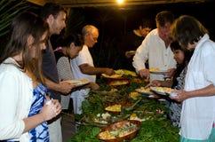 热带食物在Aitutaki盐水湖库克群岛服务了室外 图库摄影