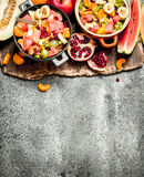 热带食物 在碗的新鲜的热带水果沙拉 免版税库存图片