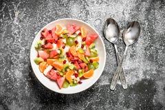 热带食物 在碗的水果沙拉 免版税库存图片