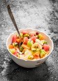 热带食物 在碗的水果沙拉 免版税图库摄影