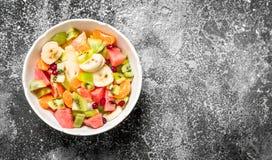 热带食物 在碗的水果沙拉 库存图片