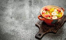 热带食物 在碗的水果沙拉 免版税库存照片