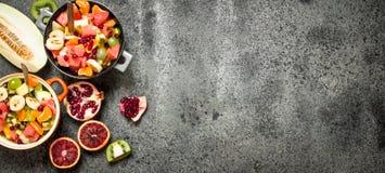 热带食物 在碗的水果沙拉 图库摄影