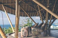 热带餐馆有海视图 晴朗的日 文本的空间 巴厘岛 免版税库存照片