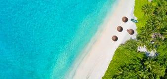 热带马尔代夫的空中照片在海岛上靠岸 免版税图库摄影